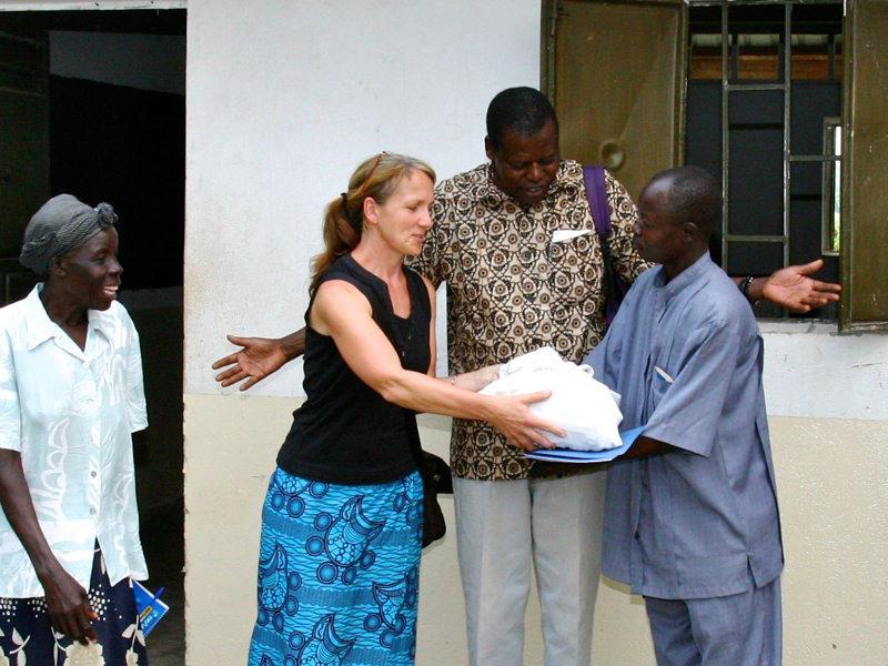"""Gerlinde Brünz, Vorstandsmitglied des """"Tukolere Wamu e.V."""" übergibt dem Schulleiter ein Geschenk zur Einweihung des F.N.D.-Science-Centres."""
